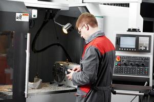 trabajador en taller de herramientas de mecanizado