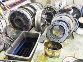 engranajes de motor desmontado en taller