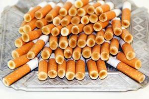colillas de cigarro foto
