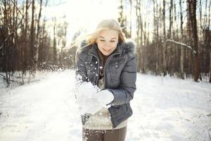 Retrato de invierno de una linda adolescente rubia
