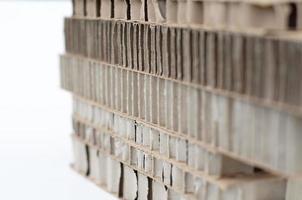 Streifen aus Pappe liegen übereinander (Tiefenunschärfe)