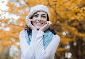 mujer joven en el bosque de otoño foto