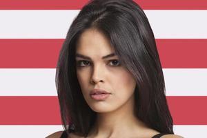 jovem mulher na frente da bandeira