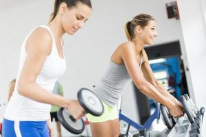 mujer joven entrenando en el gimnasio foto