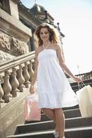 mujer feliz con bolsa de compras foto
