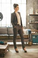 Retrato de mujer de negocios con la revista de pie en el apartamento foto