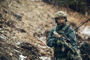 mujer soldado miembro del escuadrón de guardabosques