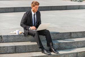 Hombre de negocios trabajando al aire libre. foto