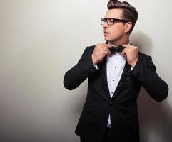 Elegante joven guapo en traje de lujo negro.