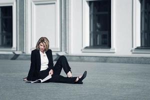 jonge zakenvrouw met een map tegen kantoorgebouw
