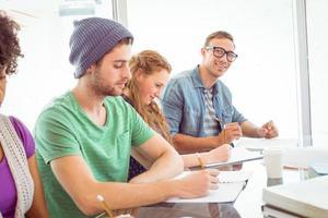 estudiantes de moda escribiendo en el bloc de notas