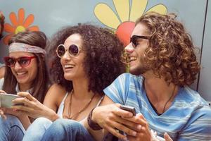 amigos hipster usando sus teléfonos foto