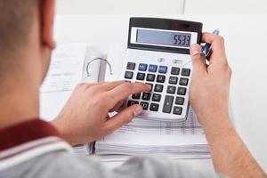 hombre calculando gastos financieros foto