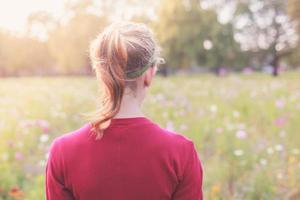 jonge vrouw in weide bij zonsondergang