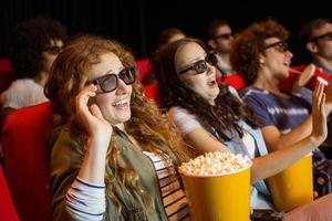 jóvenes amigos viendo una película en 3d