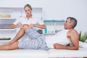 uomo con massaggio alle gambe