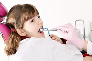 niña paciente en el dentista foto