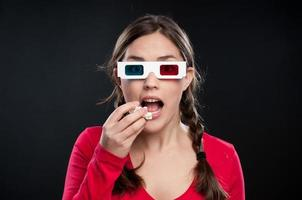 adolescente viendo una película en 3d