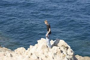 adolescente de pie en los acantilados