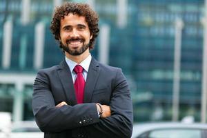 gerente masculino guapo al aire libre