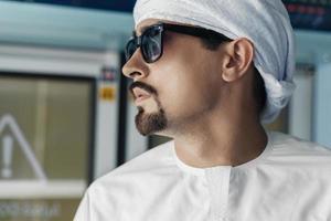 homem árabe no trem do metrô
