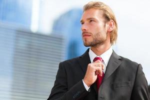 Retrato de gerente masculino rubio guapo foto