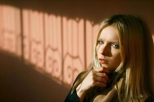 Retrato de niña hermosa en la sombra foto
