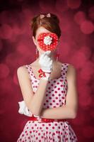 hermosa mujer pelirroja con regalo. foto