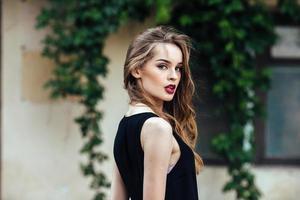 moda atraente mulher de vestido preto