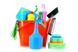emmer met schoonmaakproducten