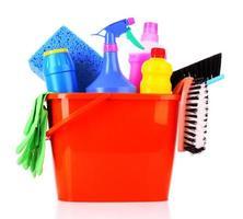 cubo con productos de limpieza