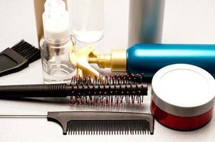 gel, cepillo para el cabello y bálsamos para peluquería foto