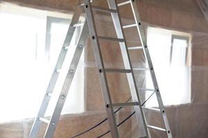 Aislamiento de pared interior en casa de madera foto