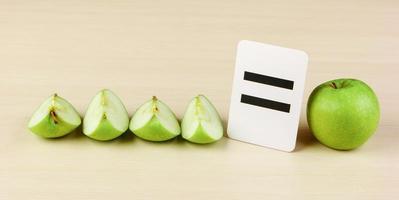 tarjeta escolar y manzana con problemas matemáticos foto