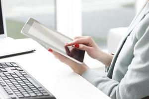 Empresaria trabajando en tableta digital. foto