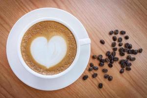 heißer Kaffee mit Herzmuster in der weißen Tasse