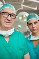 cirujano con gafas y un colega foto