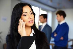 mujer de negocios hablando por teléfono con colegas
