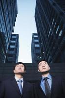 Dos hombres de negocios de pie al lado del otro al aire libre, Beijing