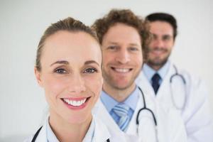sorrindo médicos em uma fileira