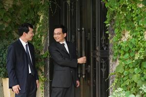 empresarios chinos fuera de una casa foto