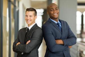 jeunes hommes d'affaires, bras croisés
