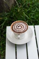 Patrón de diseño de café en una taza blanca.