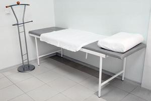 mesa de exploración médica foto