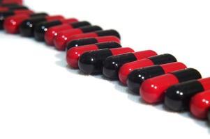 línea de cápsulas rojas y negras