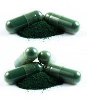 Cápsula de hierbas medicinales verde aislado sobre fondo blanco. foto