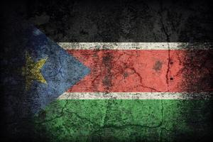 padrão de bandeira do Sudão do Sul na textura da parede de concreto velho sujo