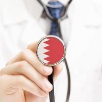 bandera nacional en la serie conceptual de estetoscopio - bahrein foto