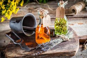 hierbas caseras en botellas como medicina natural foto