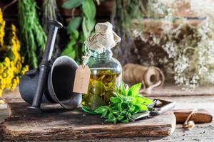hierbas terapéuticas en frascos como cura alternativa foto